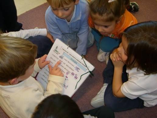 Las habilidades sociales como escuchar, pedir la palabra, esperar turnos, ayudar a los compañeros… hay que enseñarlas. Fuente: CEIP Virgen de Navalazarza.