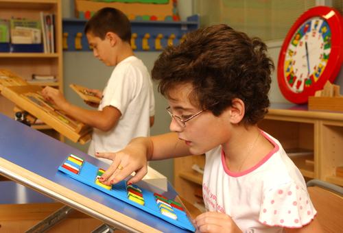 una alumna del CRE de Sevilla trabaja en su atril con piezas de diferentes colores
