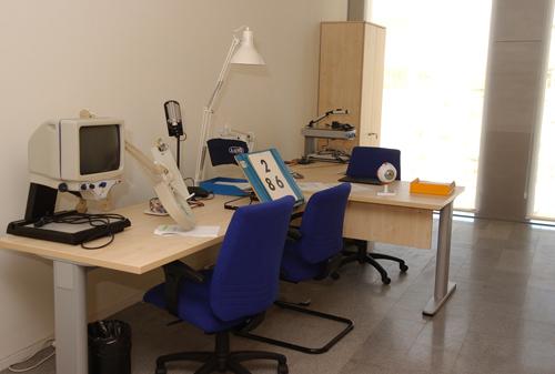 mesa de trabajo en la que aparecen diferentes tipos de ayudas ópticas